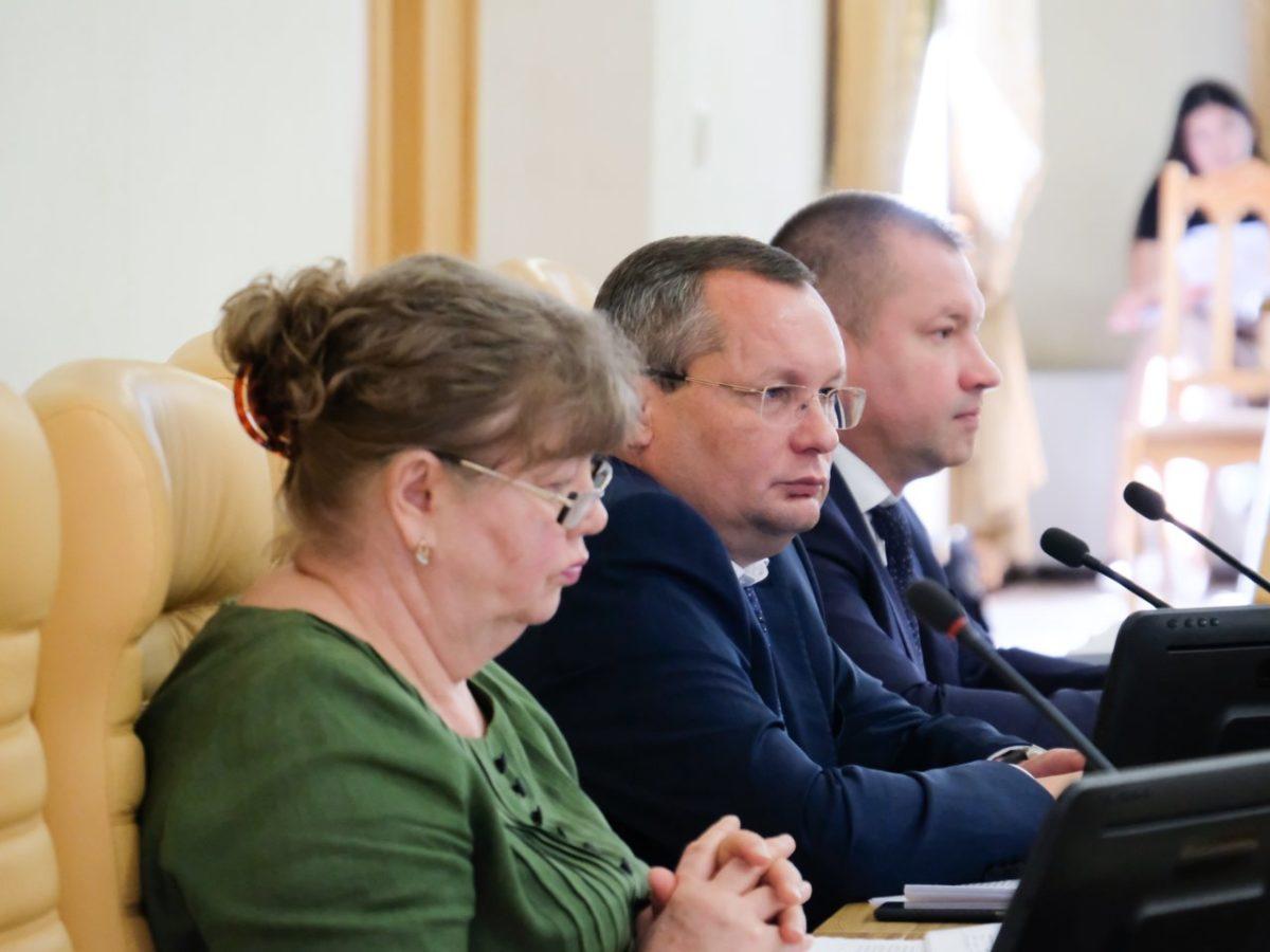 Игорь Мартынов предложил депутатам взять тему организации питания в школах на парламентский контроль