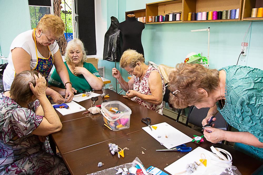 Астраханских пенсионеров учат самостоятельно ремонтировать одежду