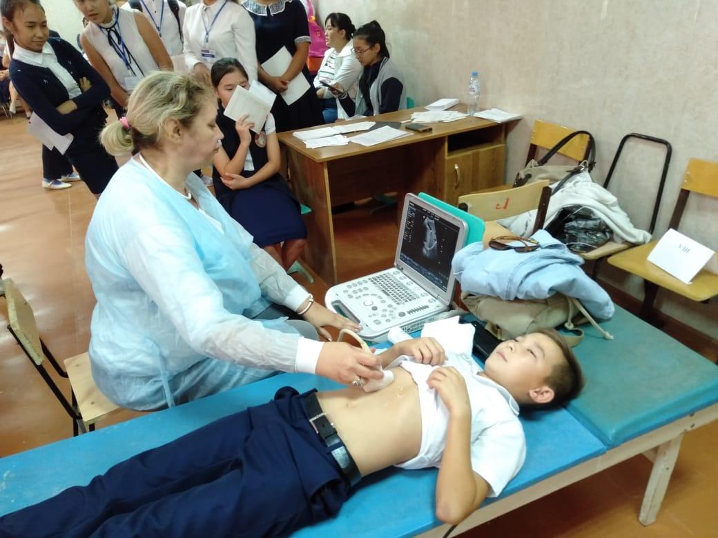 Специалисты «мобильной поликлиники» завершили работу в Красноярском районе и начали осмотры детей в Енотаевском районе