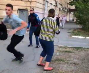 Астраханец прикидывается слепым на улицах города ради шутки