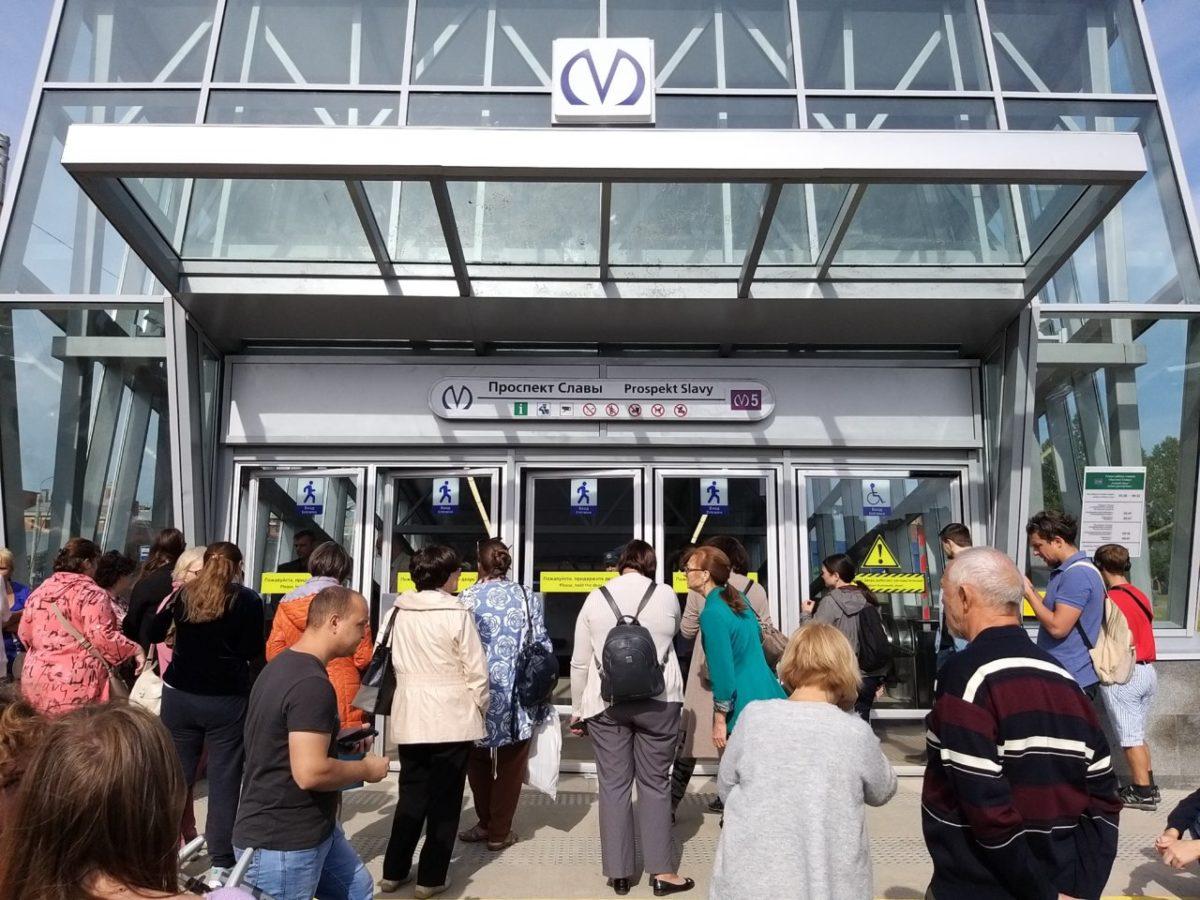 В Петербурге пассажиров так и не пустили на новые станции метро