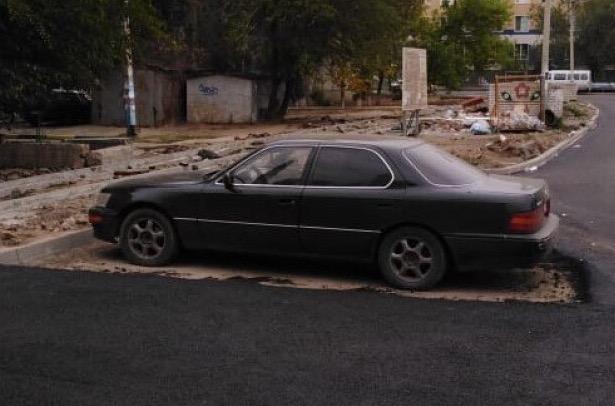 На улице 28 Армии положили асфальт вокруг машины
