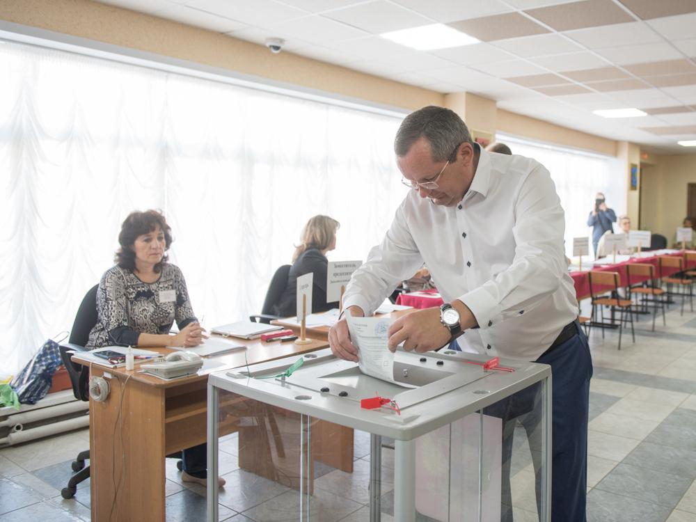 Спикер областного парламента Игорь Мартынов принял участие в голосовании на выборах губернатора