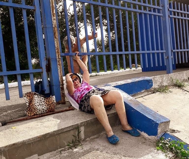 Астраханские пенсионерки пролезают под закрытыми дверями на пути к здоровью