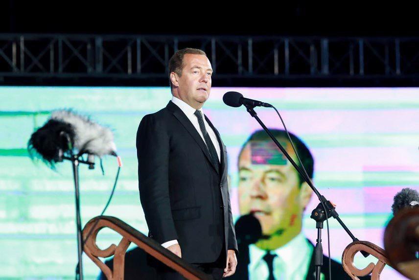Медведев сообщил о повышении МРОТ на 850 рублей