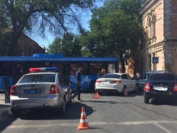 Астраханские автомобилисты начали разбивать новые синие автобусы
