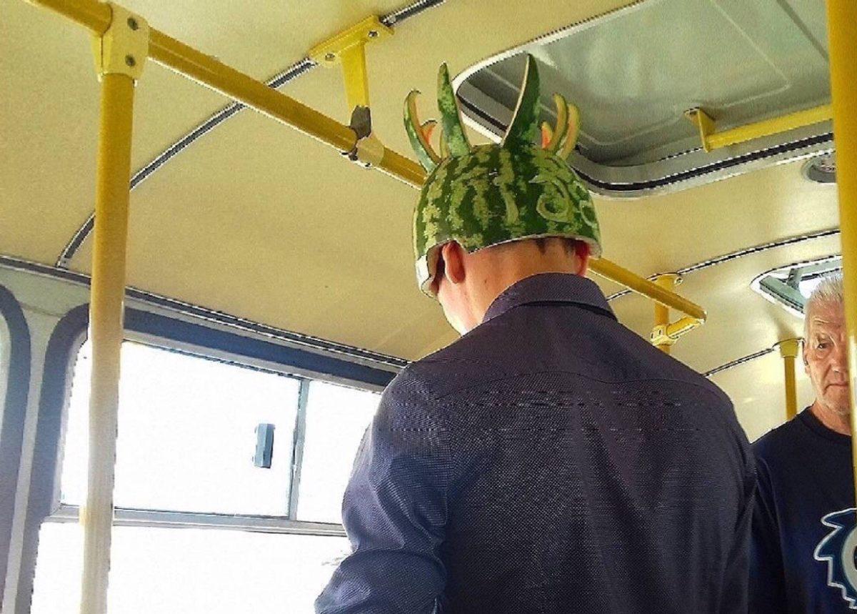 Фото дня: астраханец начал рабочую неделю в шлеме из арбуза