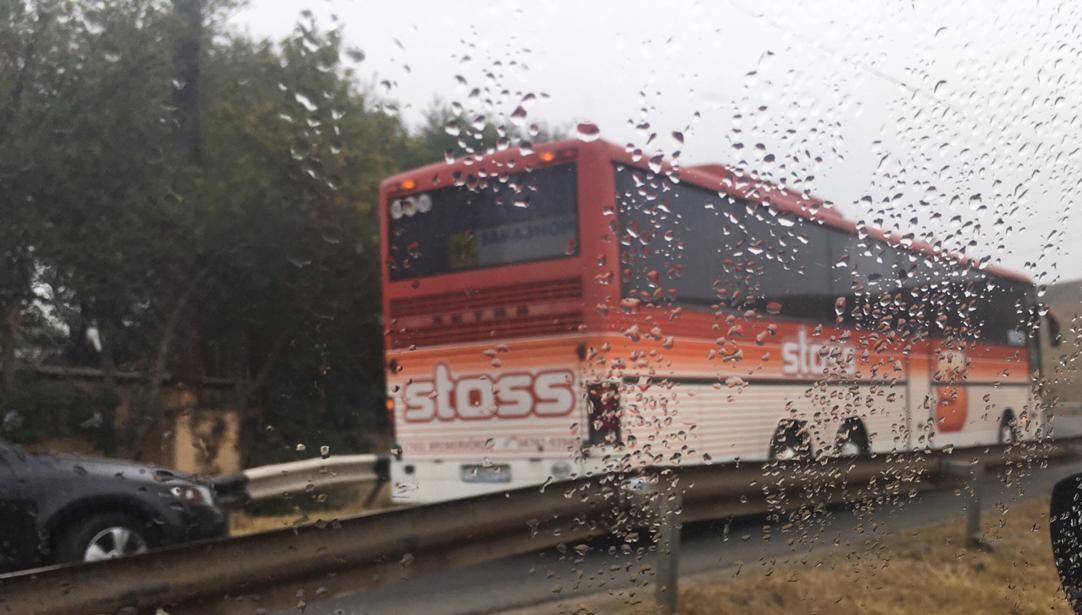 Забравшийся на Старый мост автобус парализовал движение