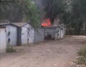 В Астрахани один за одним загорелись гаражи