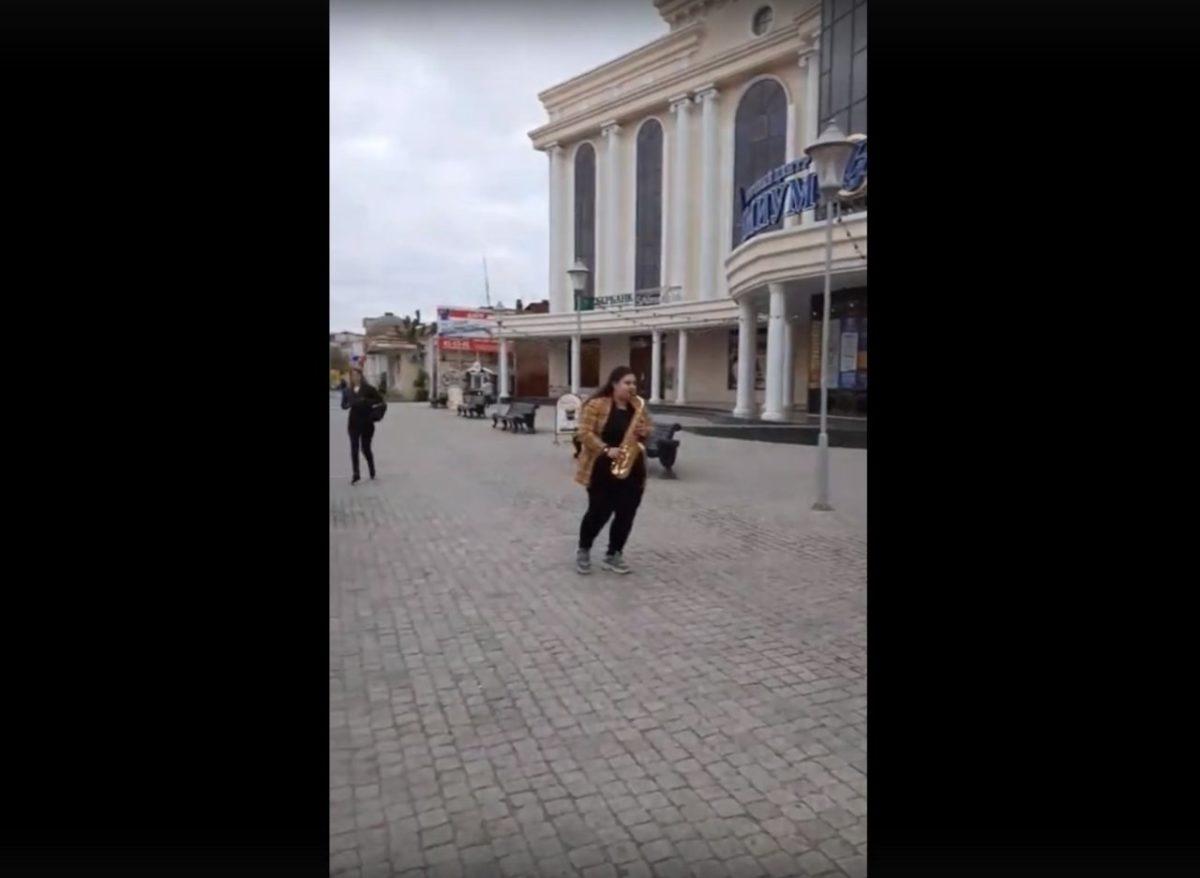 На астраханских улицах просто так играют джаз. Видео