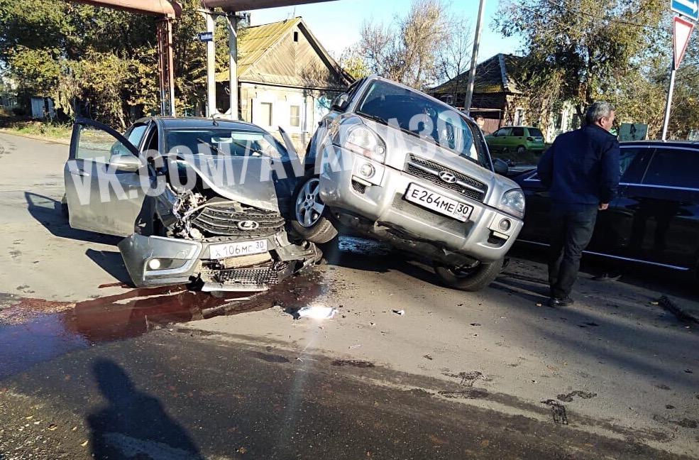В Трусовском районе столкнулись три автомобиля