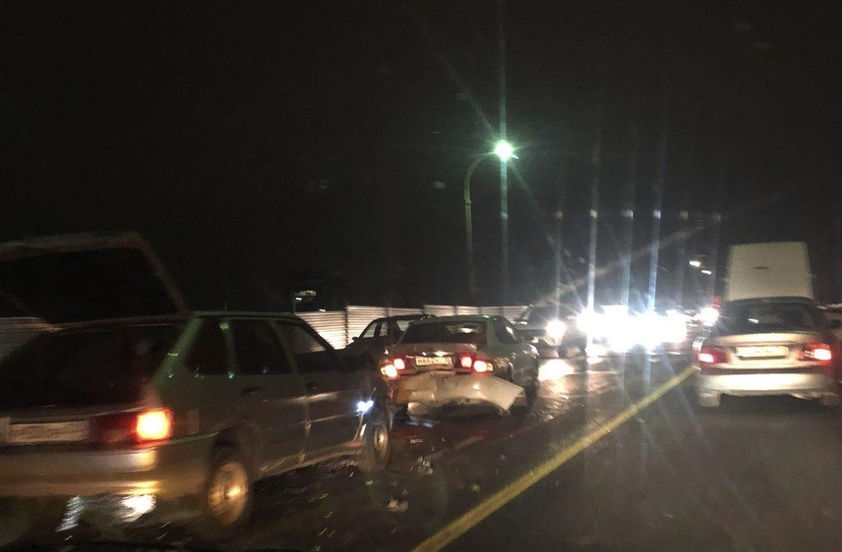 Жесткая авария парализовала движение по Новому мосту