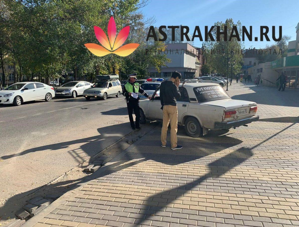 Астраханцы массово игнорируют знак «кирпич» в самом центре города