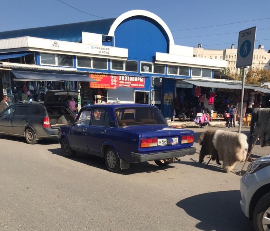 Астраханцы заклеивают номера машин у Больших Исад