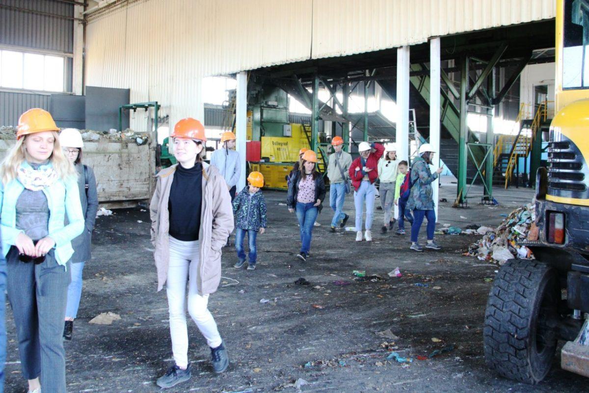 Астраханским волонтерам показали процесс сортировки отходов