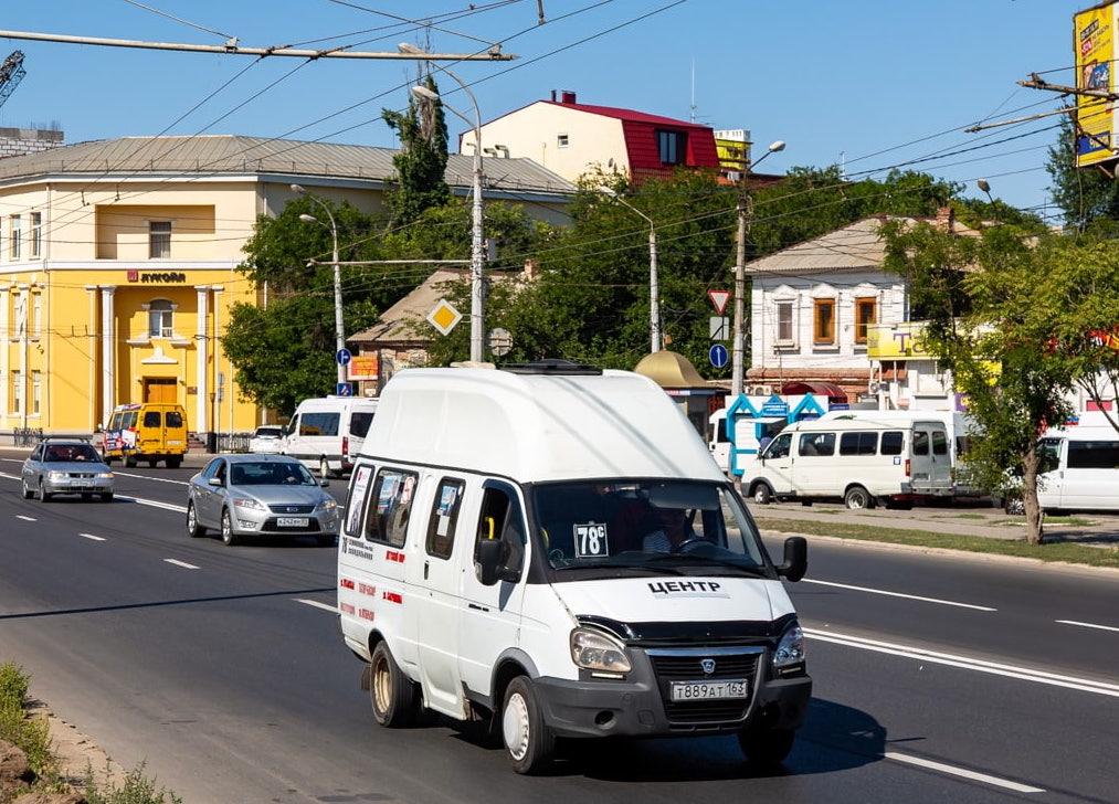 Маршрутчики в Астрахани смотрят телешоу за рулем
