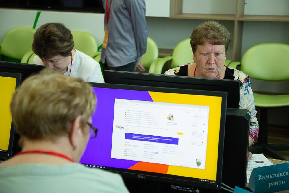 Астраханских пенсионеров учат следить за внуками в соцсетях