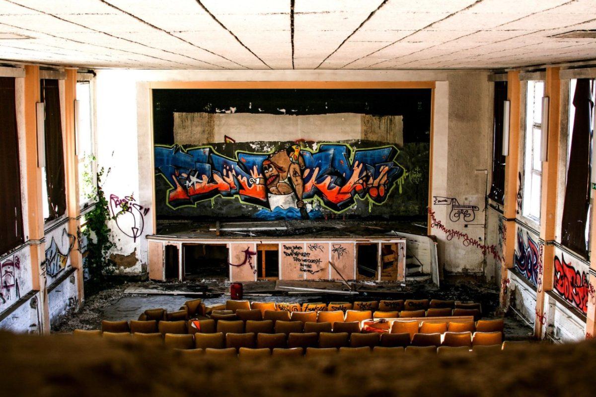 Закрыт доступ в старый астраханский кинотеатр