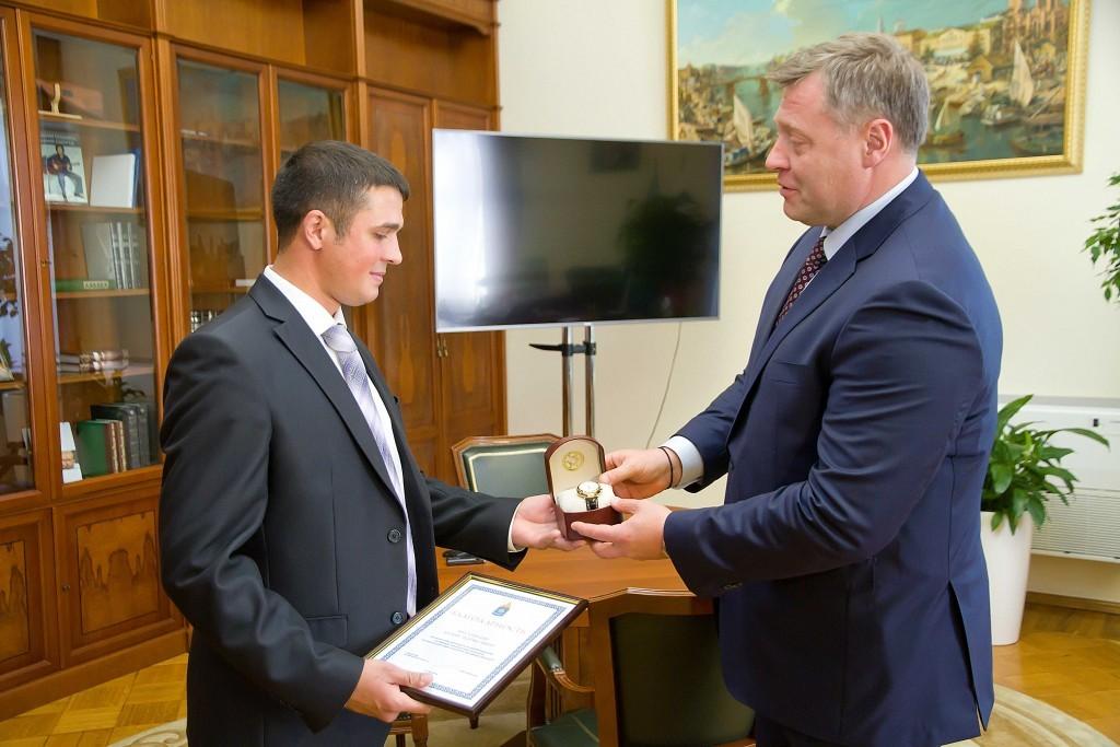 Игорь Бабушкин наградил молодого хирурга, спасшего астраханцев в страшном ДТП