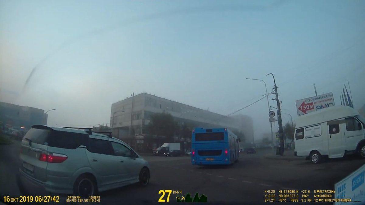 Астраханцев начали штрафовать за неправильный проезд кругового движения