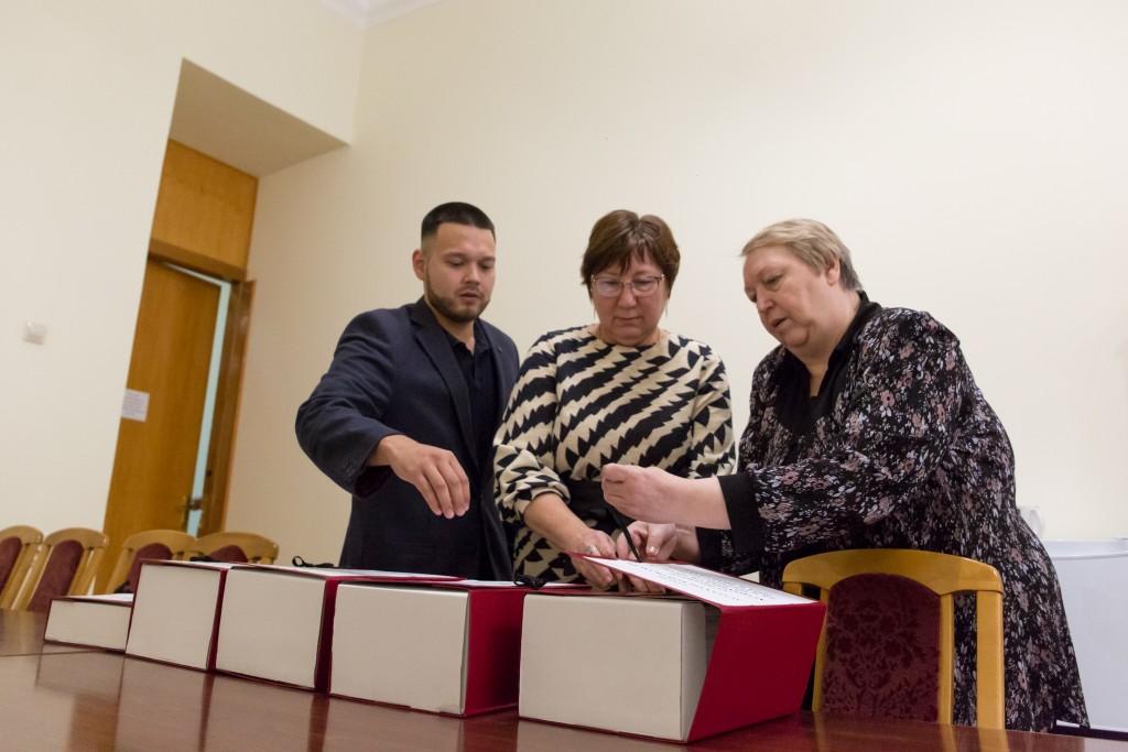 Игорь Бабушкин внес в областную Думу три тысячи листов бюджета региона