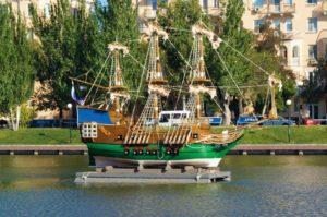 Копия известного фрегата уплыла из центра Астрахани