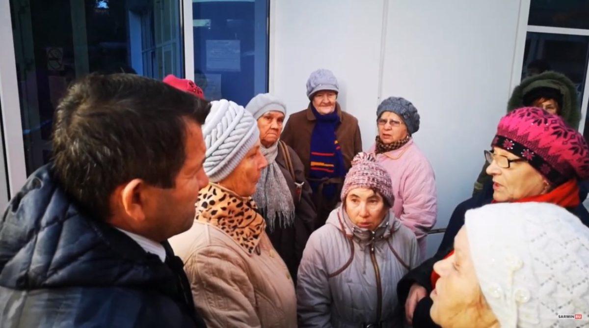 «Так нельзя относиться к собственному народу»: депутат снял видео у Центра соцподдержки в Астрахани