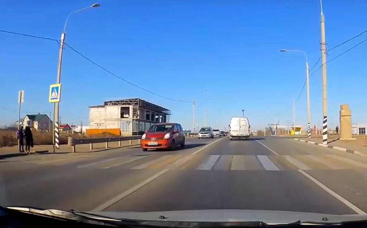 Астраханских школьников на переходе не пропустили шесть машин подряд