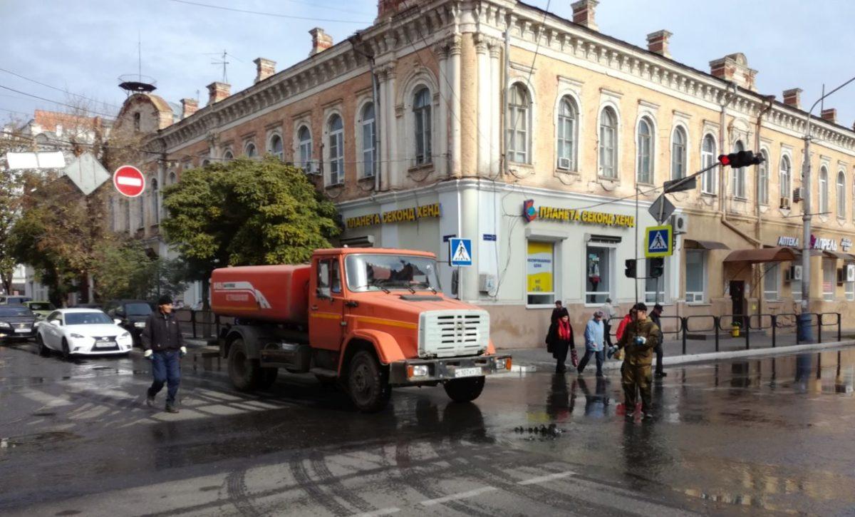 В самом центре Астрахани забил канализационный фонтанчик
