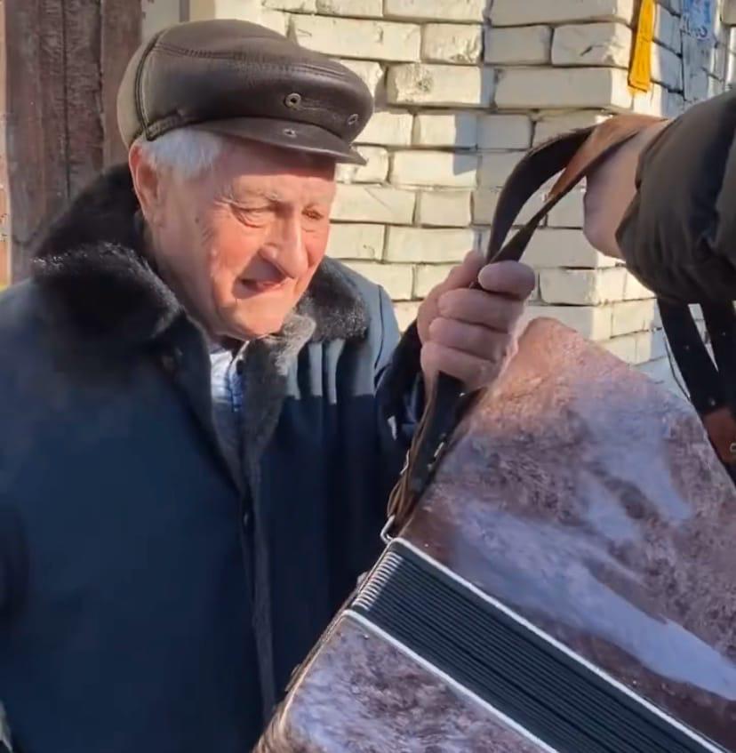 Блогер подарил аккордеон астраханскому пенсионеру, который просит милостыню
