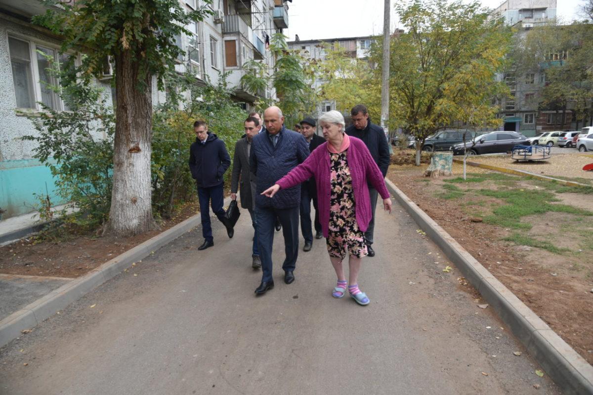 Радик Харисов осмотрел ход ремонтных работ во дворах Советского района