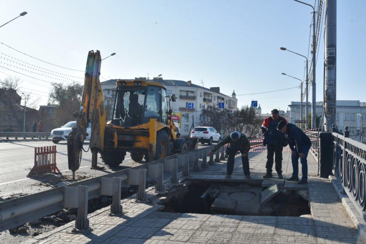 На мосту в центре Астрахани провалился тротуар