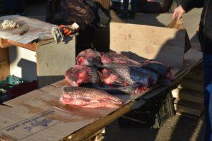 На улице Бабаевского у продавцов изъяли подозрительную рыбу и два киоска