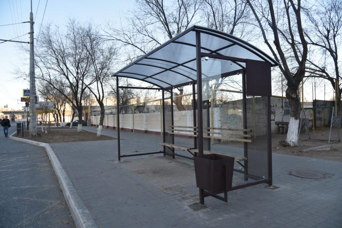 В Астрахани устанавливают новые автобусные остановки