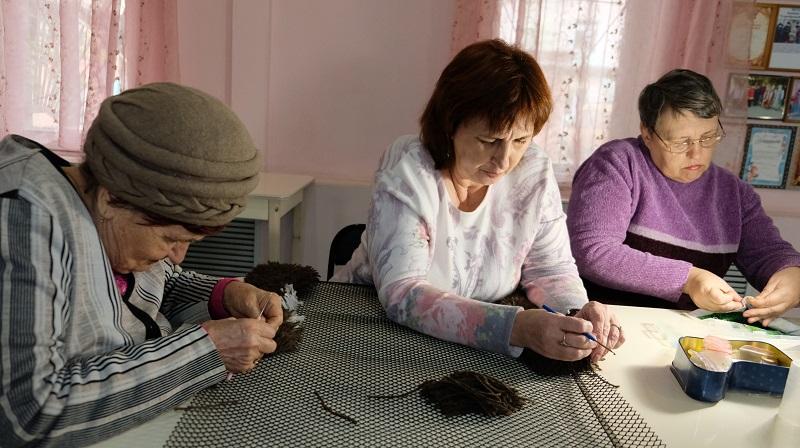 Астраханские бабушки осваивают изготовление ковров