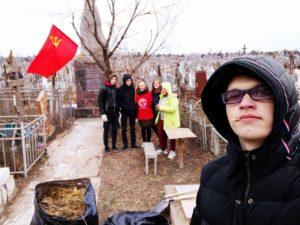 Астраханские комсомольцы провели субботник на Старом кладбище