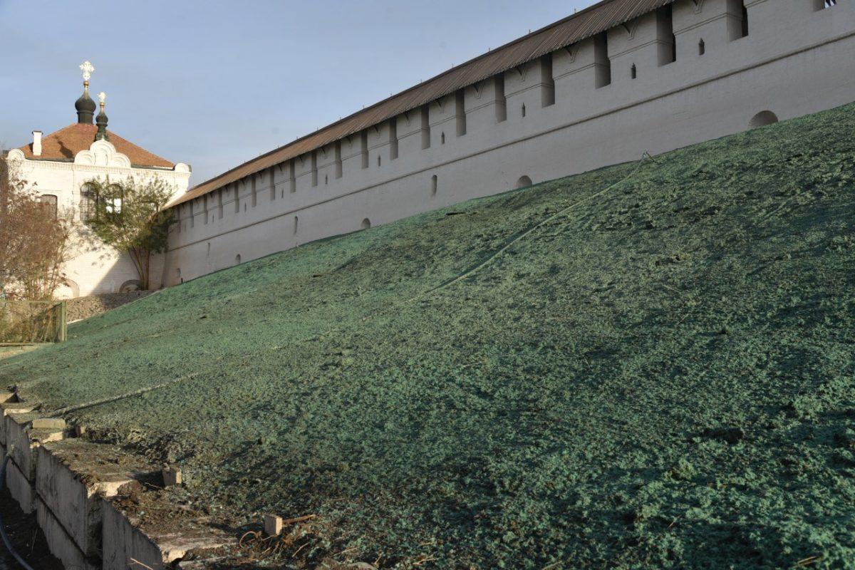 Откосы астраханского кремля озеленяют с помощью гидропосева