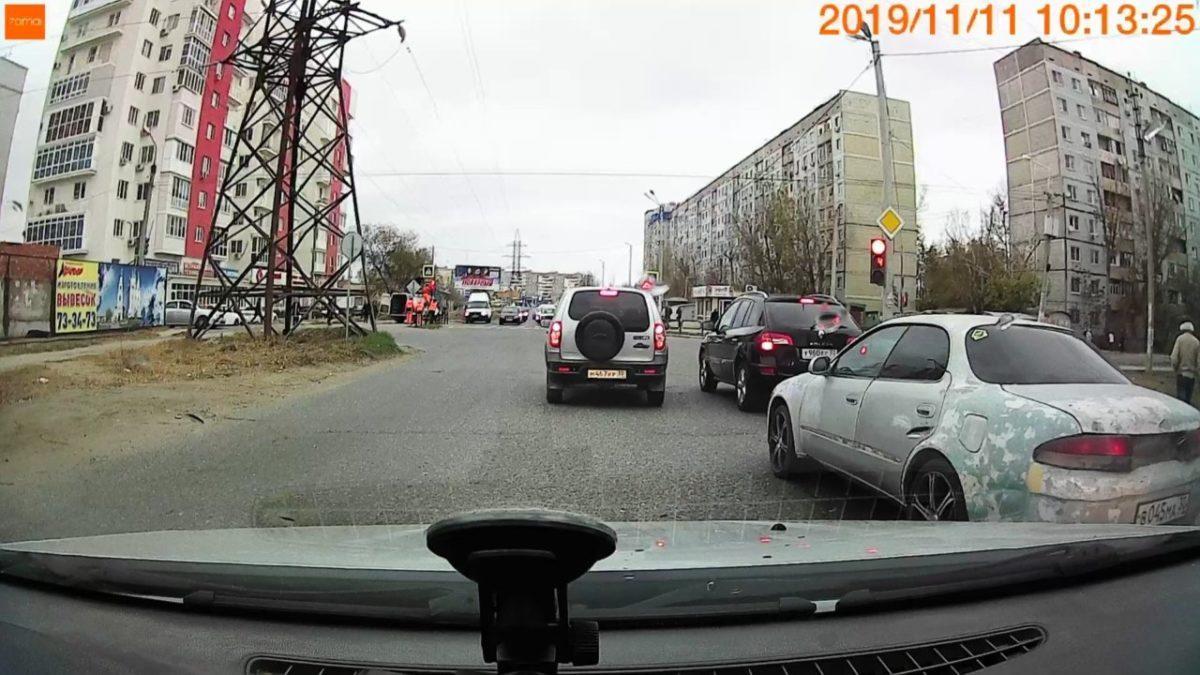 В Астрахани включили светофор на перекрестке улиц Б.Алексеева и 11 Красной Армии