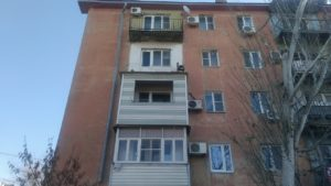 На улице Яблочкова рухнул балкон пятиэтажного дома