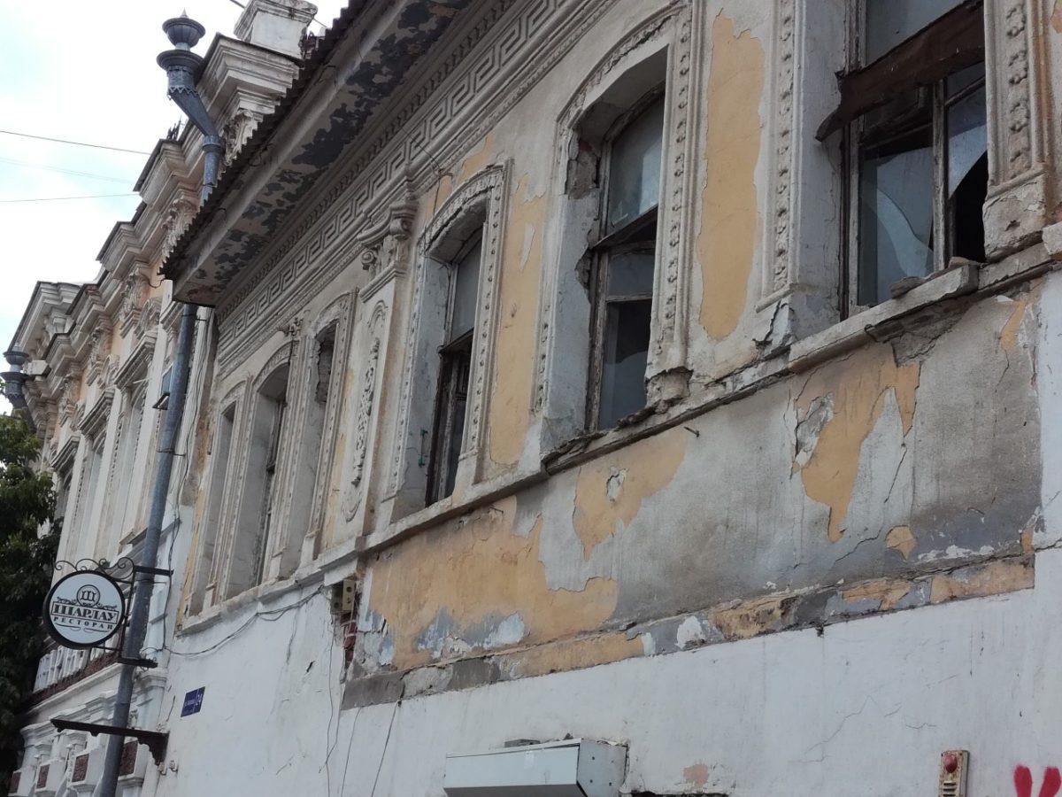 Опасные стекла старого дома в центре закрыли после вмешательства главы Астрахани