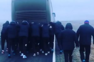 Астраханским гандболистам пришлось толкать свой автобус после неудачного матча