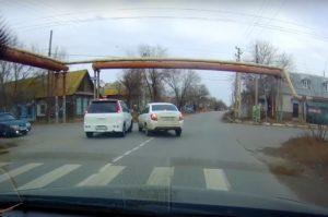 Астраханца удивила странная манера вождения на окраине города