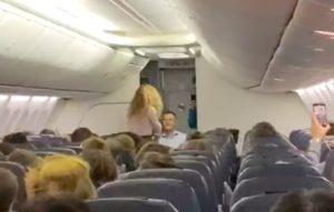 Астраханец сделал девушке предложение в самолете авиакомпании «Победа»