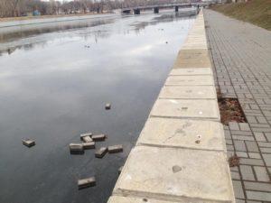 Астраханские вандалы воруют стойки и швыряют люки