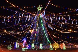 На Мостстрое устанавливают главную новогоднюю елку Трусовского района