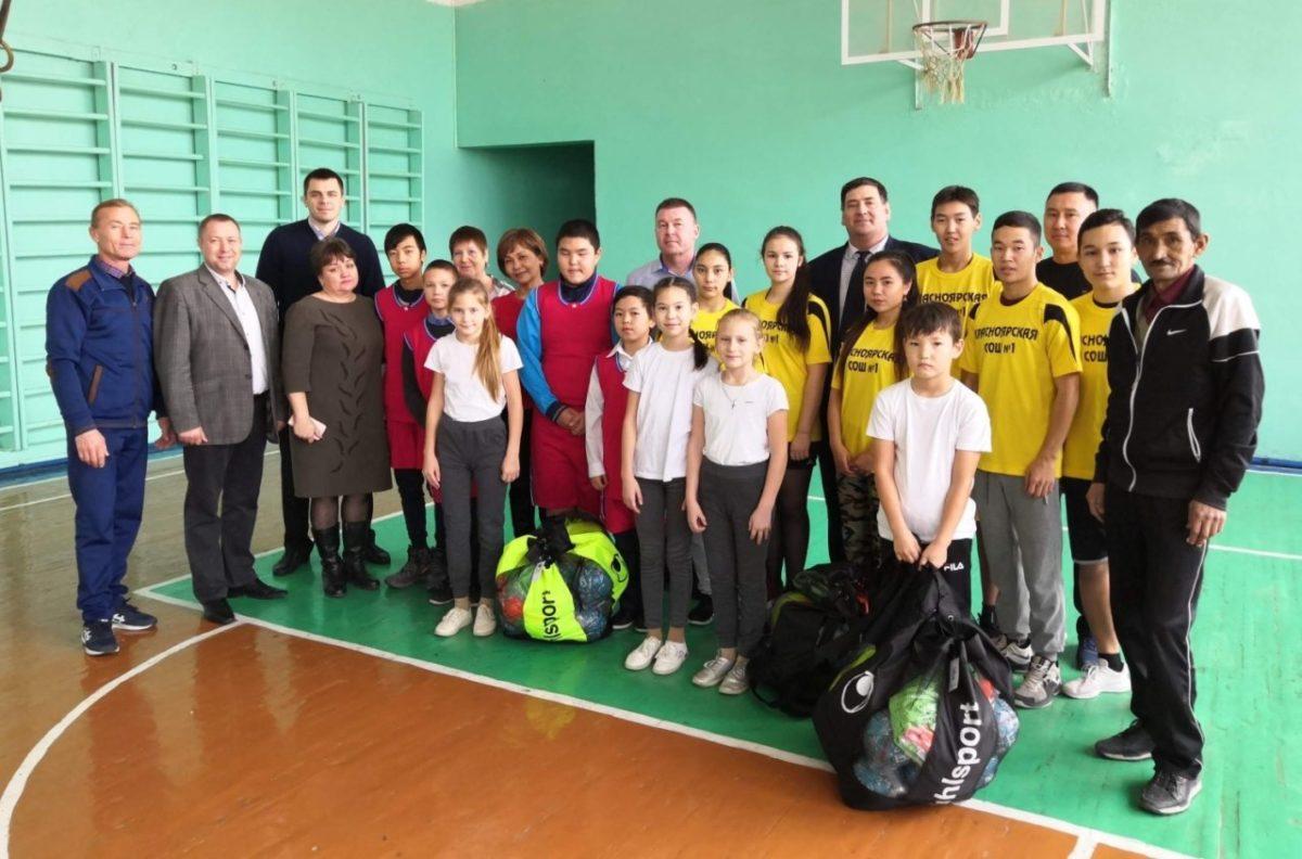 Молодые астраханские спортсмены получили подарки от федерации гандбола
