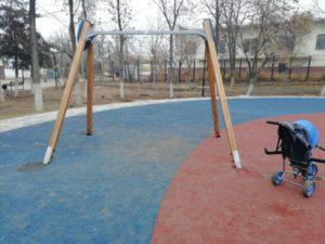 Вандал из Астрахани сломал качели из-за любви к собаке