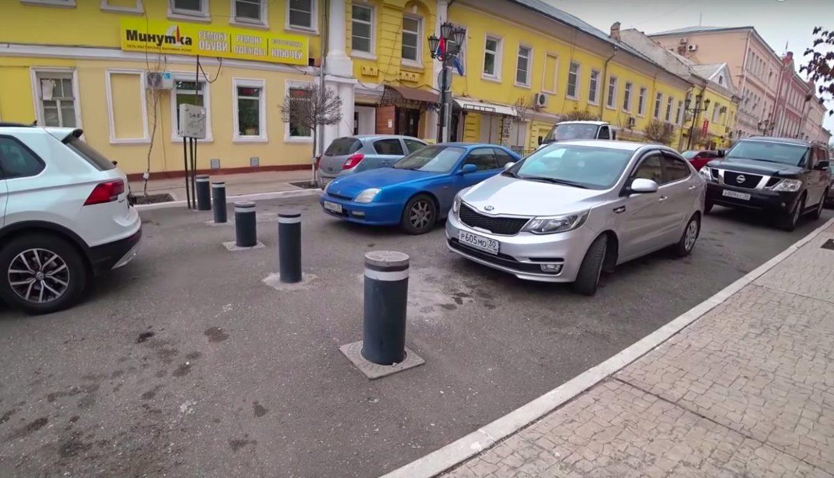 Астраханцы снова просят убрать столбики с улицы Чернышевского