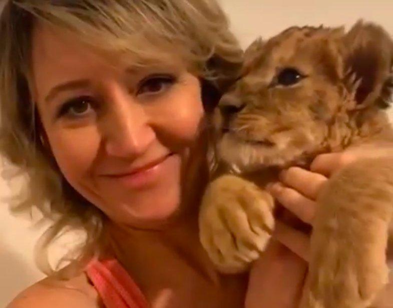 Уехавший из астраханского зоопарка львенок мило позирует с новой хозяйкой