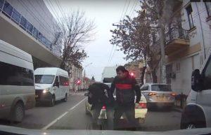 В центре Астрахани торопливый маршрутчик избил молодого водителя